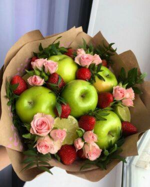 Букет мамина радость - заказать с доставкой по Екатеринбургу .ru. Фруктовый букет из яблок, лубники и цветов