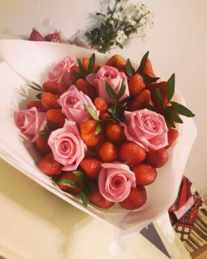 Заказать клубнику с цветами с доставкой по Екатеринбургу -https://www.ekbbuket.ru/