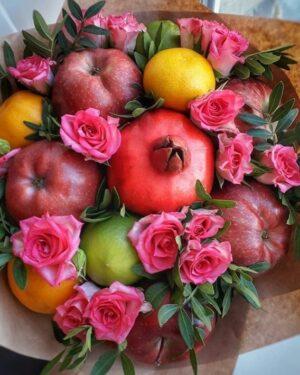 Фруктовый букет из гранат яблок и роз заказать недорого с доставкой в Екатеринбурге -https://www.ekbbuket.ru/