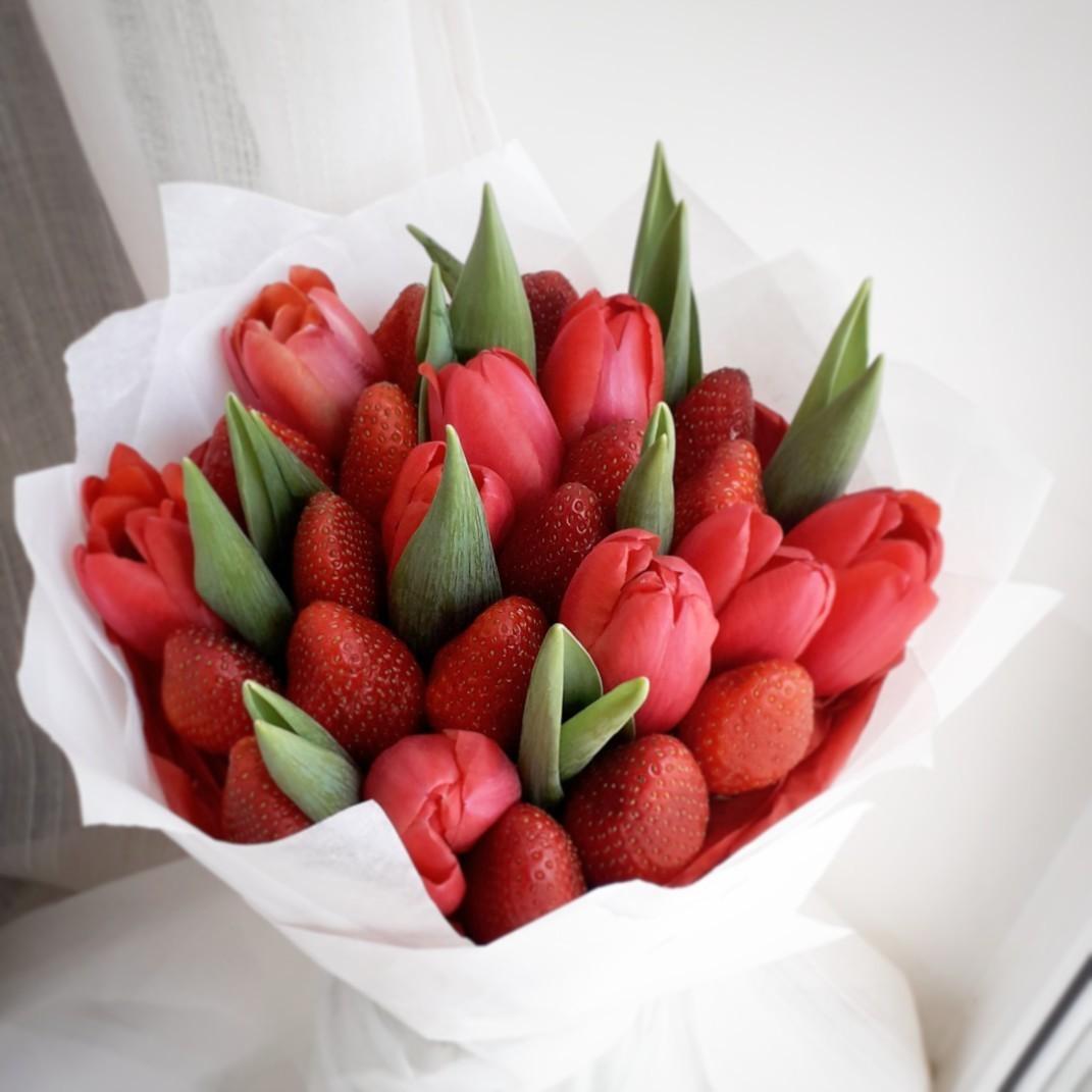 Букетиккрасных тюльпанов с клубникой