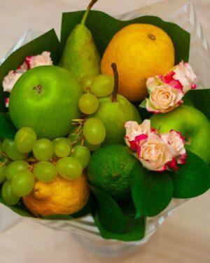 Фруктовый букет с цветами, недорогой букет, Букет с яблоками и розами,заказать фруктовый букет в Екатеринбурге, с доставкой