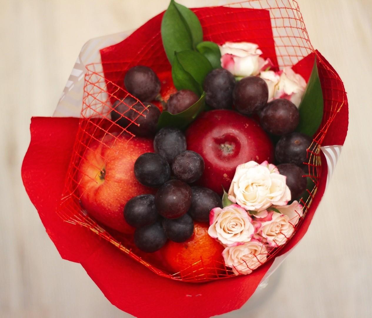 букетик с кустовыми розами и яблоком, доставка, Екатеринрбург, комплимент, маленький букетик, Небольшой фруктовый букетик, яблочный комплимент