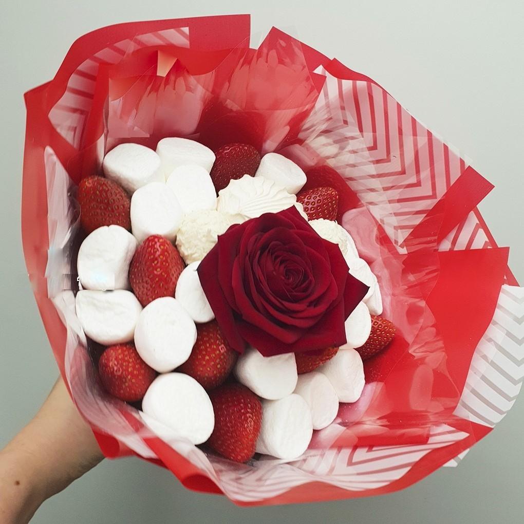 Букет из клубники с розой и маршмеллоу, Заказать фруктовый,ягодный,с алкоголем, сухофруктовый букет в Екатеринбурге с доставкой