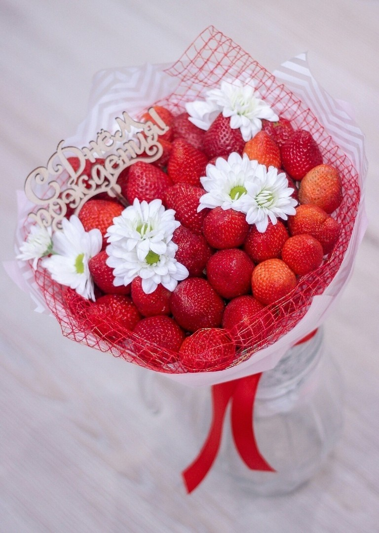 Букет из клубники и хризантемЗаказать необычный букет из клубники в Екатеринбурге с доставкой. Оригинальные букеты, из сухофруктов, фруктов, сладостями