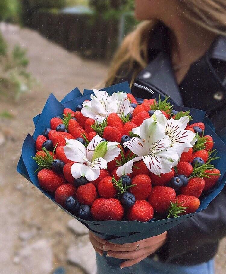 Заказать Букет из клубники с цветами (Альстромерии) в Екатеринбурге