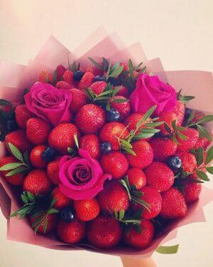 Букет из клубники роз и голубики заказать в Екатеринбурге