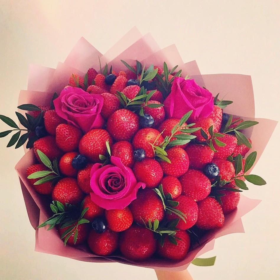 букет роз красивый фото и клубника кушание зерен