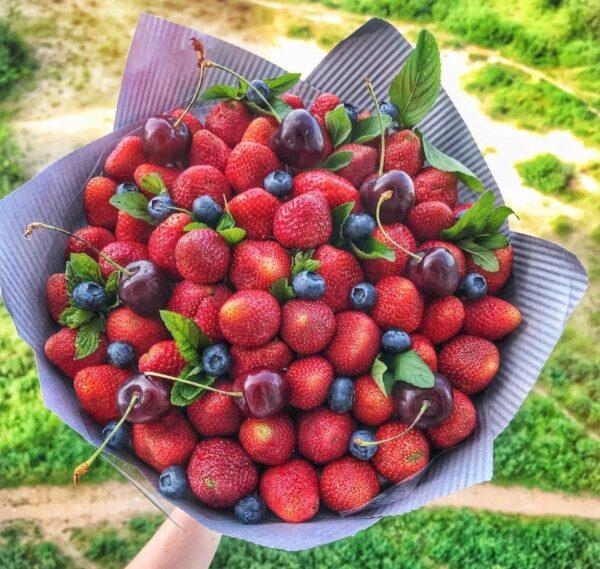 Заказать букет из клубники и черешни в Екатеринбурге