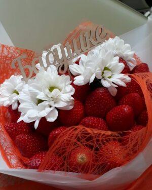 Необычный и вкусный букет любимой бабушке с цветами и клубникой заказать на сайте с доставкой по Екатеринбургуhttps://www.ekbbuket.ru/