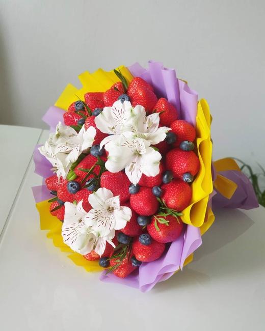 Букет из клубники с цветами (Альстромерии)