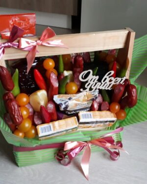 Подарочный Ящик с колбасами и коньяком.