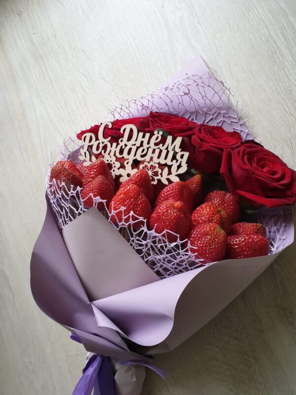 Красивый Букет из Клубники и красных Роз