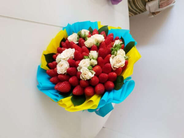 Клубничный с белыми розами